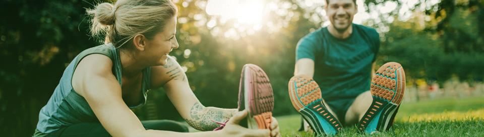 Bild av ett par som stretchar i en park